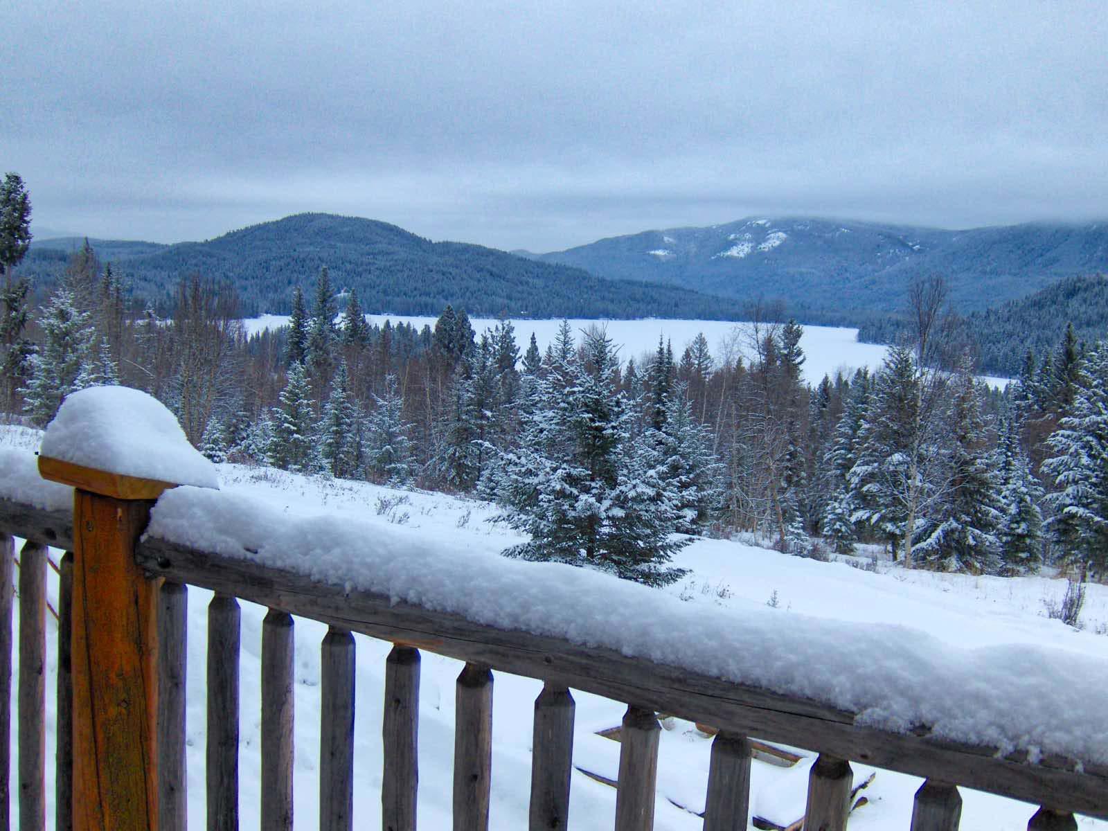 Der Blick vom Frühstückstisch in die verschneite kanadische Landschaft.