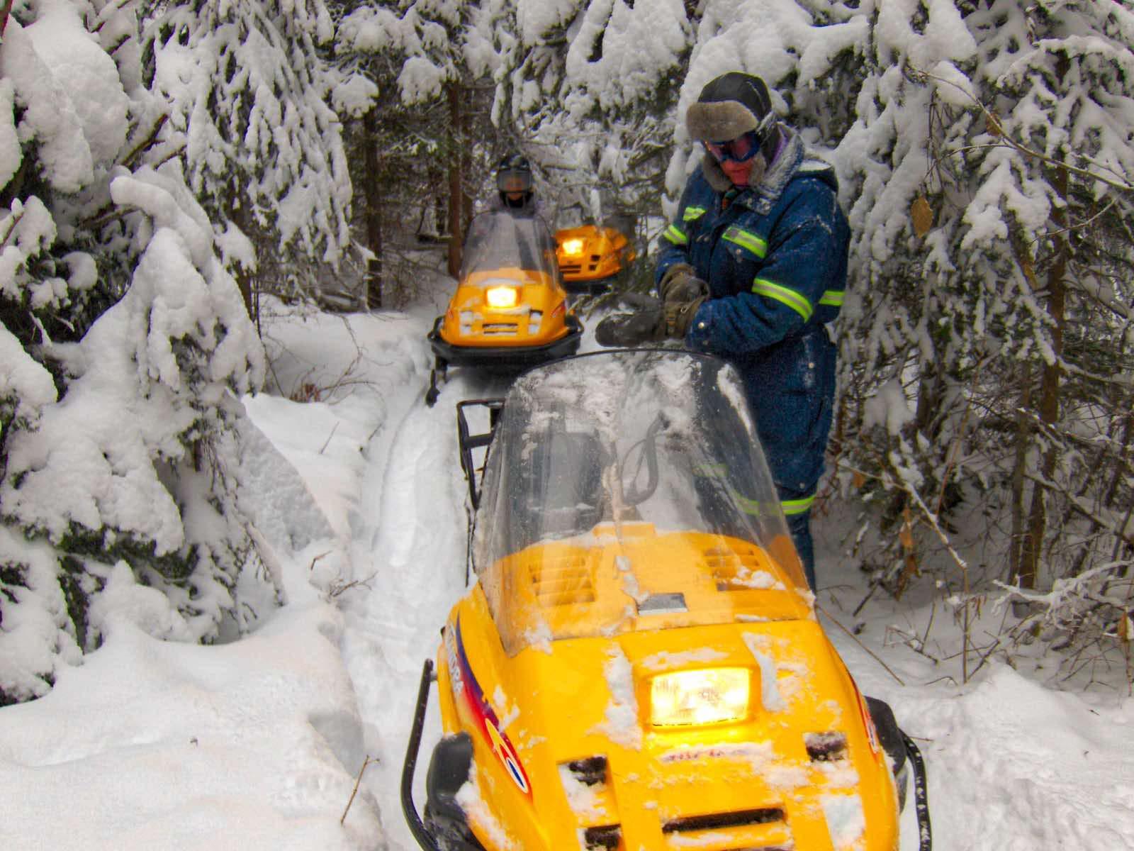 Die Fahrt zum See führt durch tief verschneide kanadische Wälder.