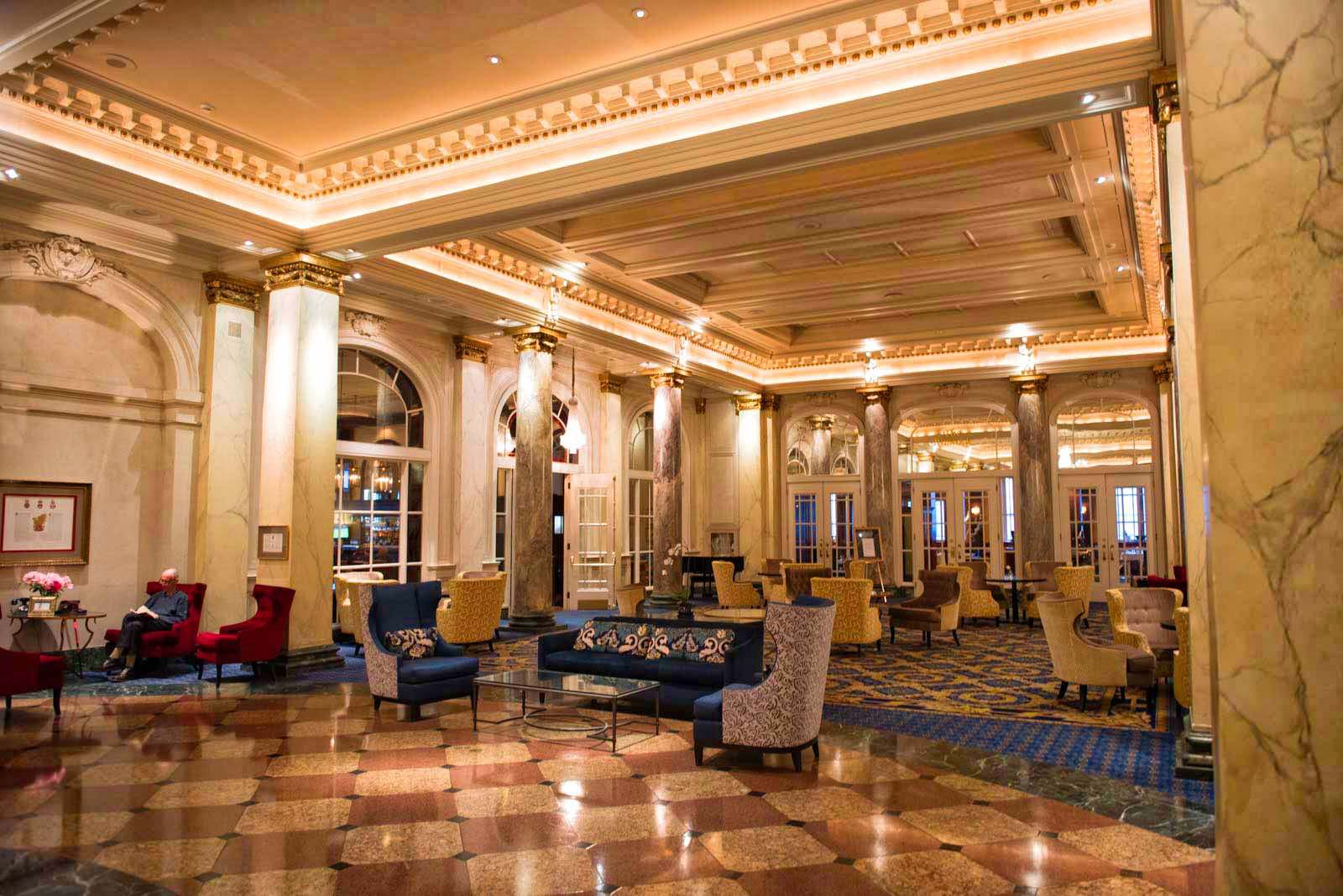 Die Aufenthaltshalle im Eingangsbereich des Palliser Hotels.