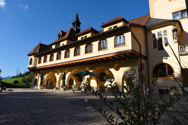 Innenhof Schloss Kassegg mit Außengastronomie