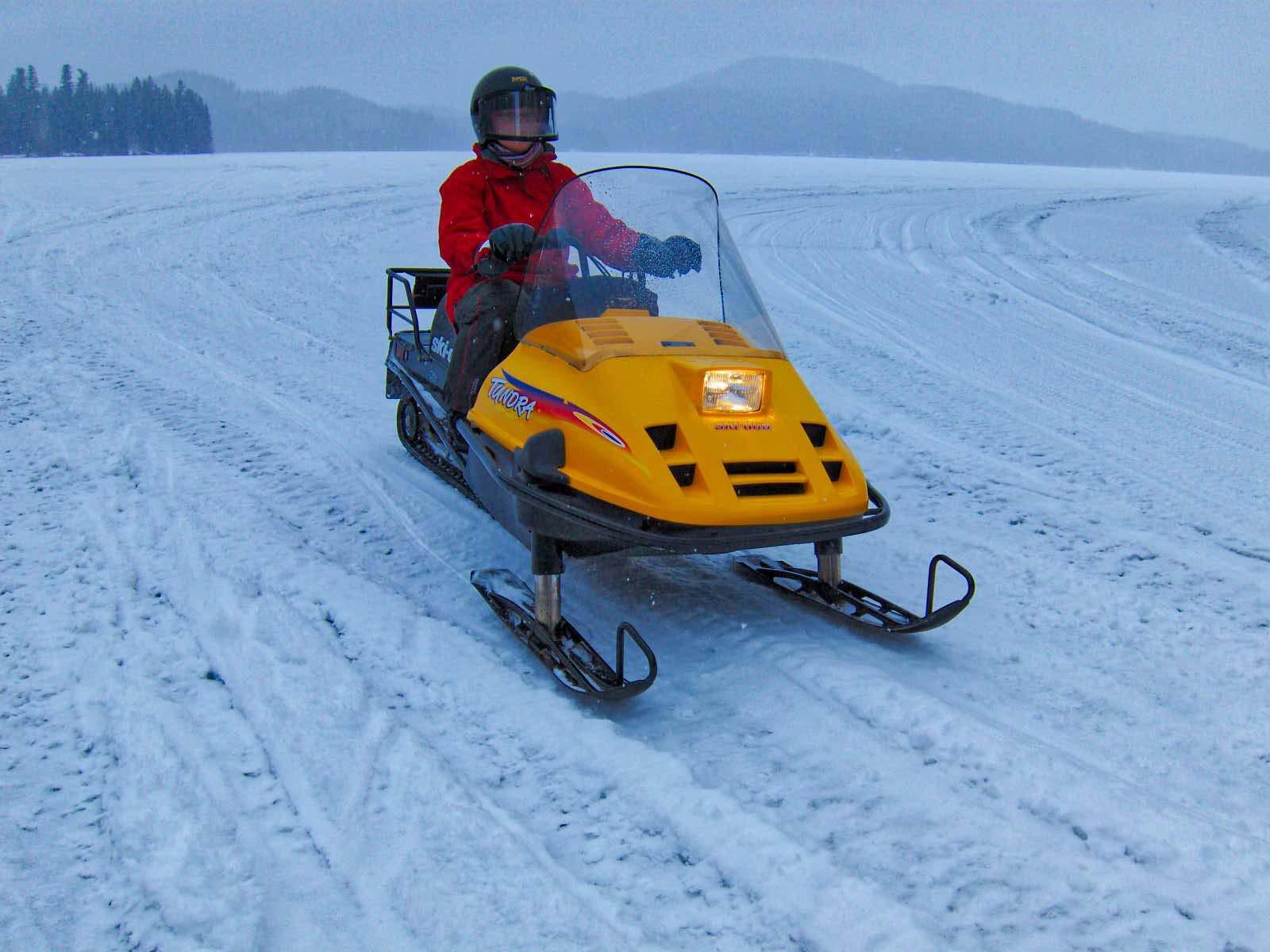 Bei -23° C mit dem Schneemobil auf dem zugefrorenen See.