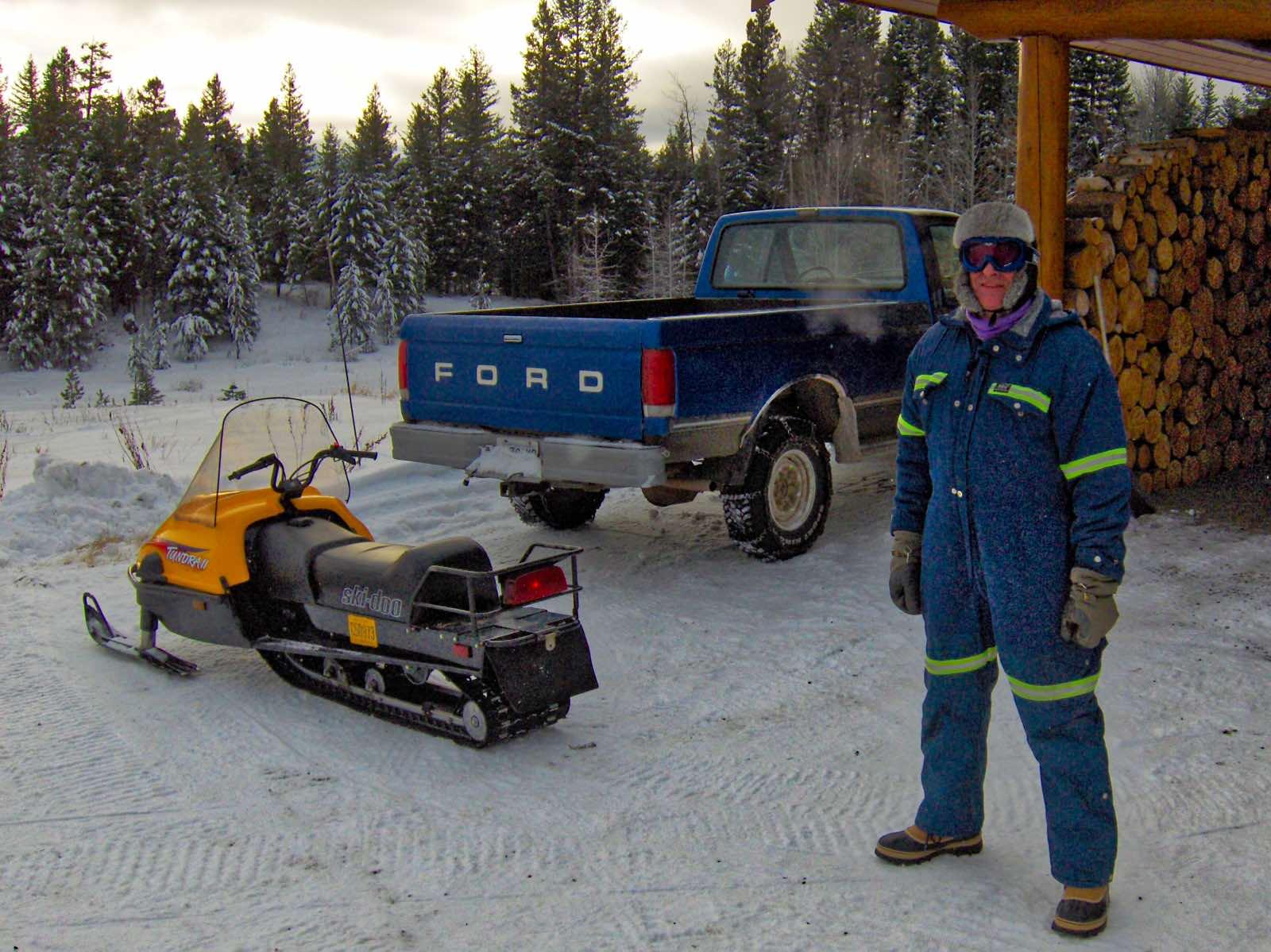 Unser Guide Jochen bei der Vorbereitung der Ski-doo-Tour